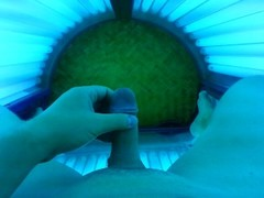 Jerking off at the tanning Thumb