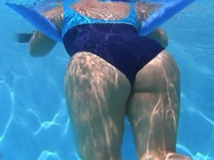 underwater candid booty from GLUTEUS DIVINUS Thumb